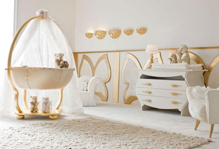 chambre bébé mixte en beige blanc et or avec peinture murale blanche et accessoires aux finitions dorées, modèle de crèche beige à baldaquin