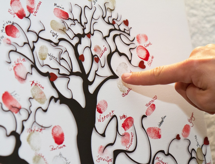 projet créatif pour un mariage, laisser ses empreintes en encre et écrire son prénom à côté d'un arbre sans feuillage