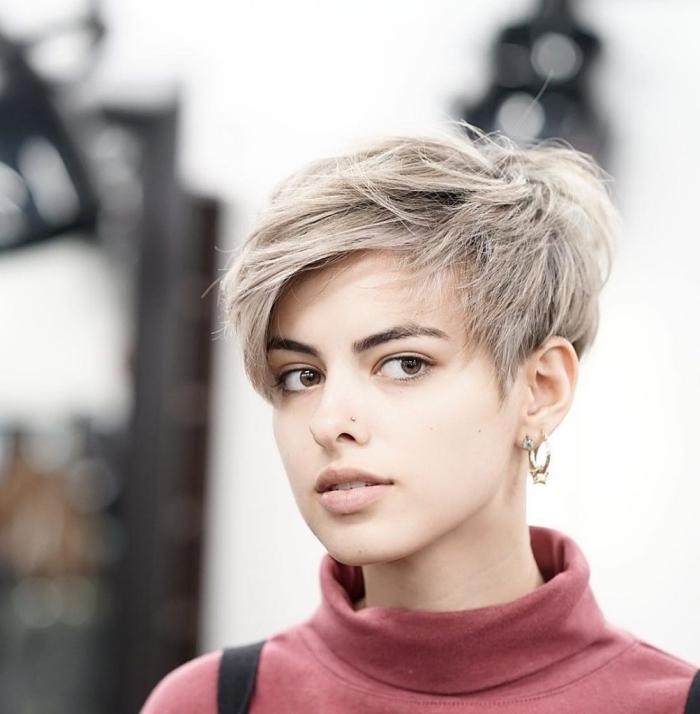 coiffure femme courte avec pattes devant les oreilles, coloration grise avec racines noires sur cheveux courts dégradés