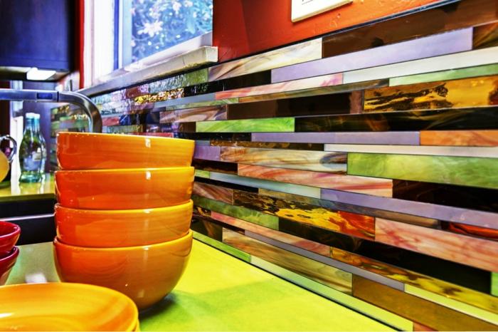 repeindre meuble cuisine, renover sa cuisine, crédence multicolore avec finition nacrée, bols en orange et en fuchsia, plan de travail jaune