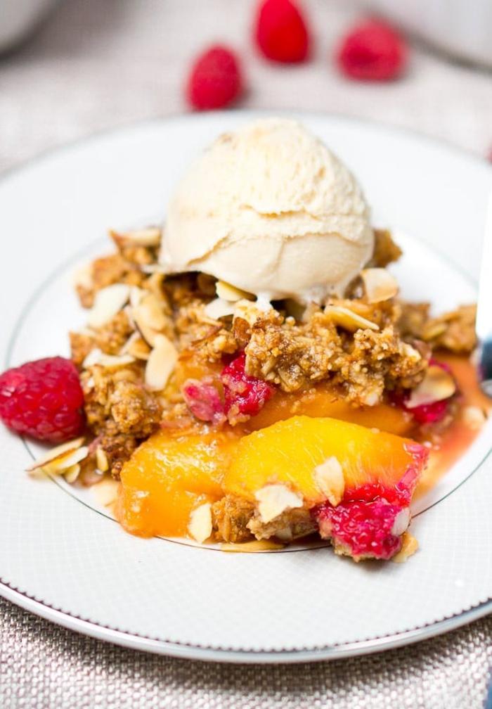dessert léger et savoureux, crumble aux pêches, framboises, flocons d'avoine et glace à la vanille