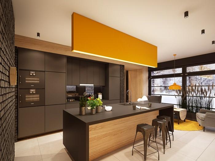 cuisine noir et bois, jaune et marron, mur revêtu de panneau décoratif 3D en marron imitation briques, tabourets en plastique marron sans dossiers, carrelage en couleur ivoire