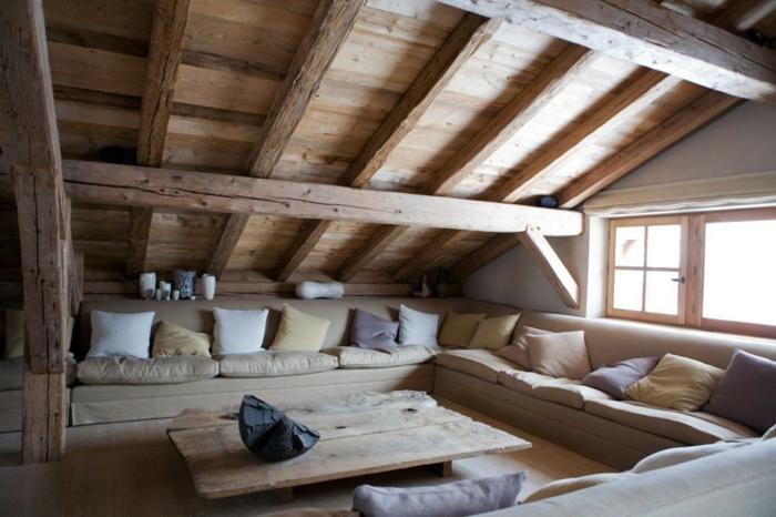 déco chambre sous pente, table basse en bois, coussins en teintes neutres