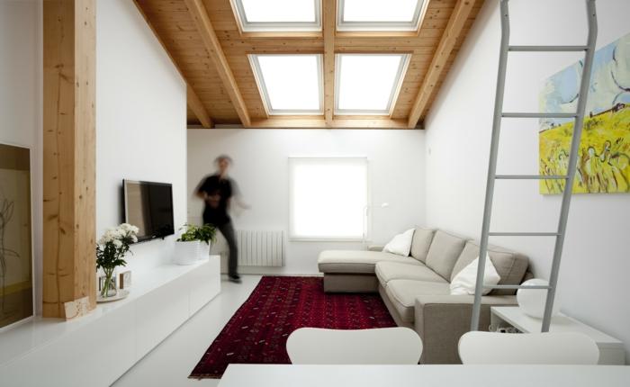 tapis rouge, séjour blanc, grande fenêtre au plafond, peinture murale en teintes radiantes, déco chamre sous pente