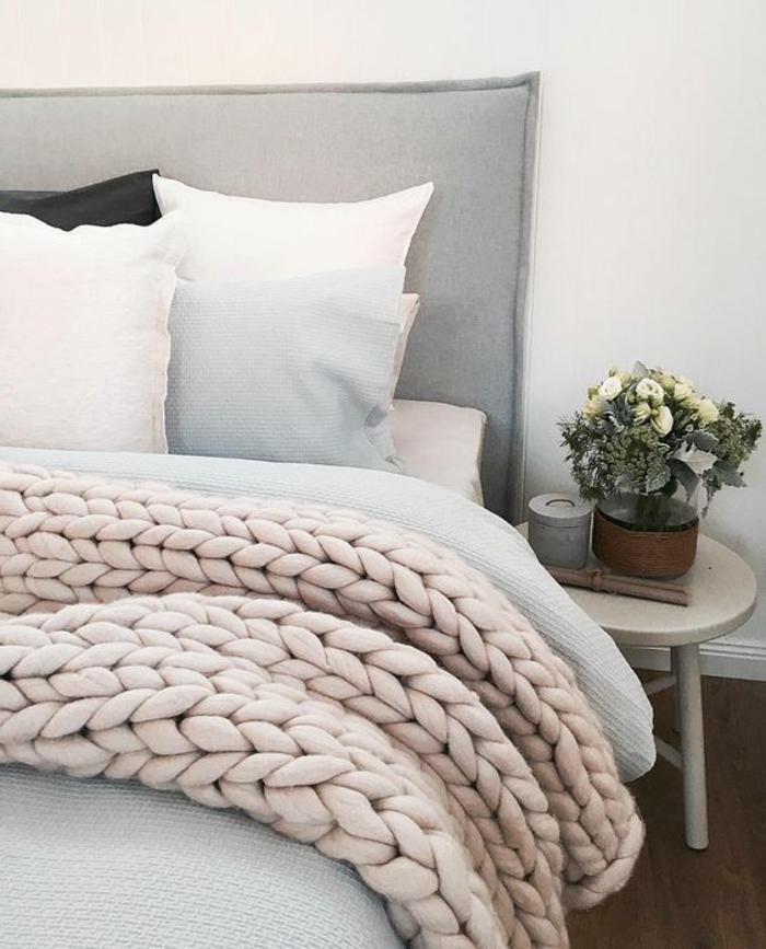 tête de lit en textile, jeté de lit rose, petite table de chevet scandinave, décoration florale