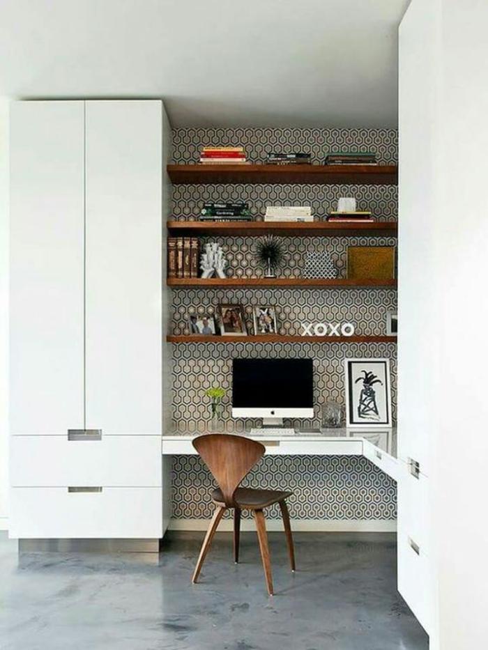 réaliser une déco chambre étudiant, aménagement chambre 10m2, espace fonctionnel, angle de chambre transformé en coin pour les études avec mur en papier peint en gris et doré, avec des motifs ruches, deux grandes armoires blanches