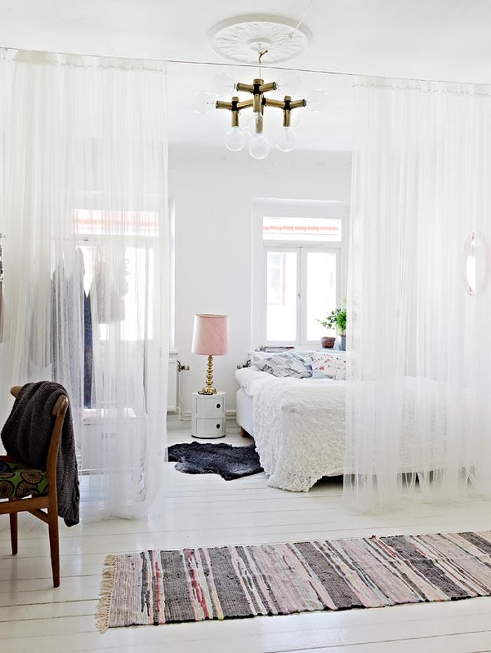 chambre toute blanche, idee deco cocooning chambre, chaise en bois, lampe rose, rideaux blancs