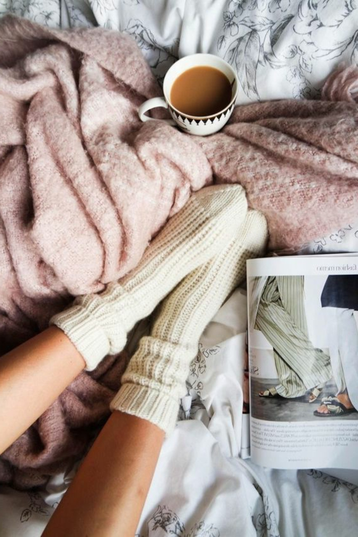 déco cosy romantique, plaid moelleux rose, chaussettes blanches, tasse de café, lit cocooning