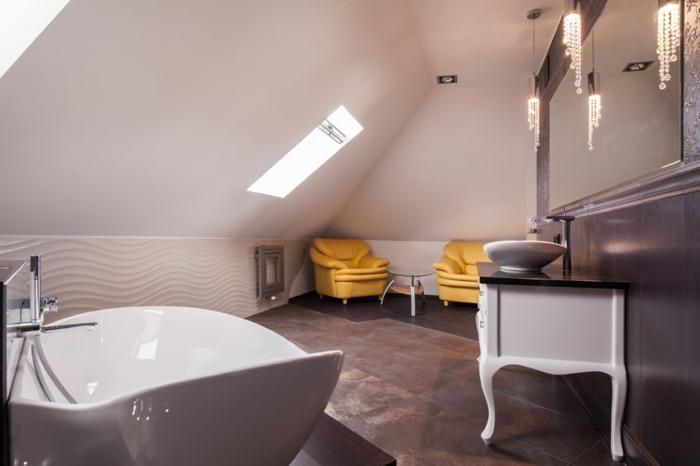 baignoire originale, meuble vasque baroque, deux fauteuils et une petite table, grand miroir mural