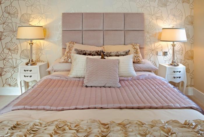 deux lampes abat-jour, lit avec parure couleur rose cendré, papier peint doux en blanc, chambre féminine coquette