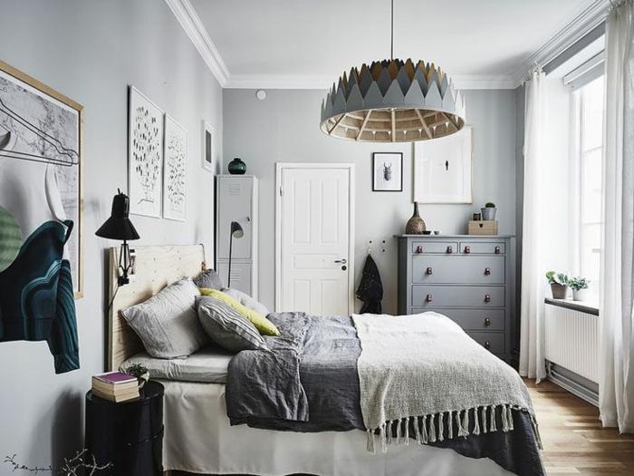 plafonnier design original en carton, coussins gris, murs gris pâles, sol en bois