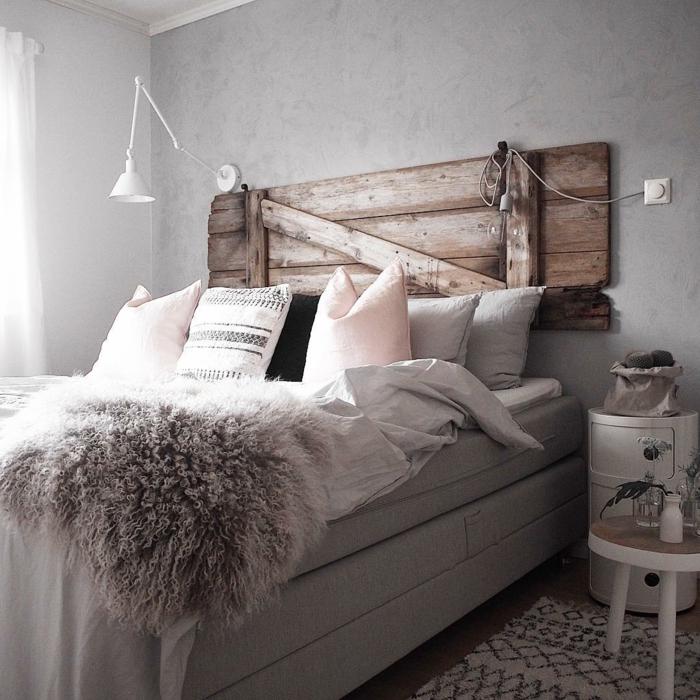 lit cocooning, tête de lit en bois recyclé, chevet original, petite carpette ethnique,