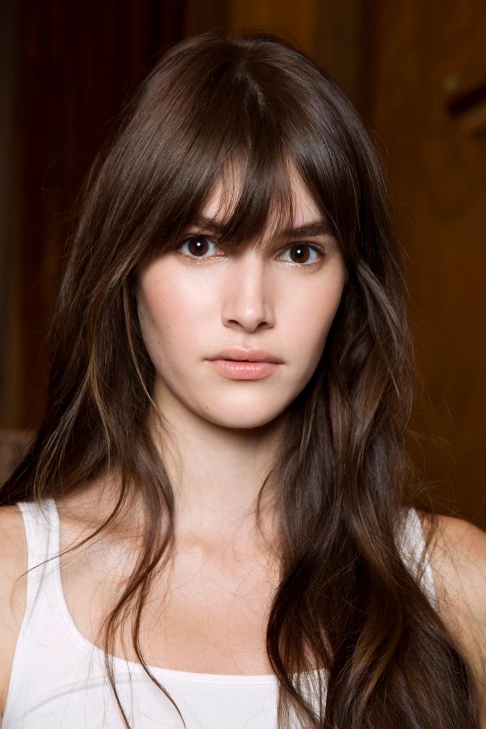 coupe de cheveux longs avec frange, balayage contouring sur cheveux châtain foncé aux reflets châtain clair et cuivrés