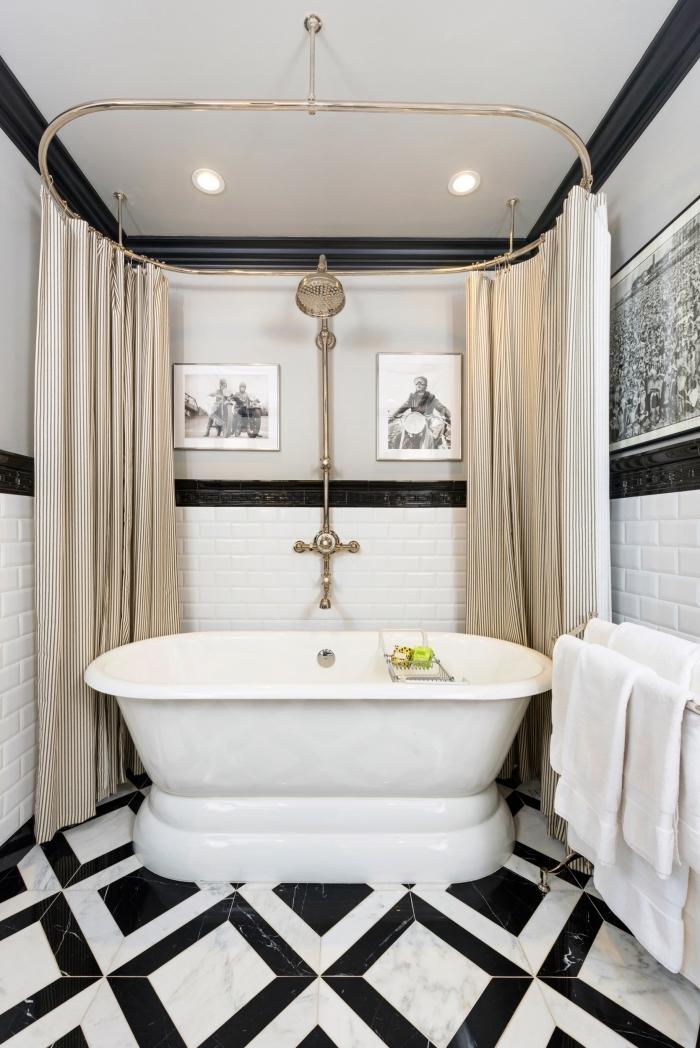 meuble salle de bain en blanc et noir avec carrelage à design marbre blanc et motifs géométriques noirs, rideaux baignoire en or