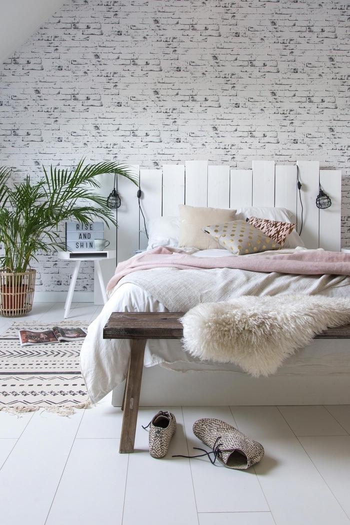 l'aménagement d'une chambre à coucher cocooning aux accents déco nordiques avec une tete de lit en palette repeinte en blanc