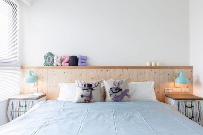 fabriquer une tete de lit en bois naturel pour apporter une touche chaleureuse dans la chambre à coucher, déco douce aux accents pastel sur le thème du pays des merveilles