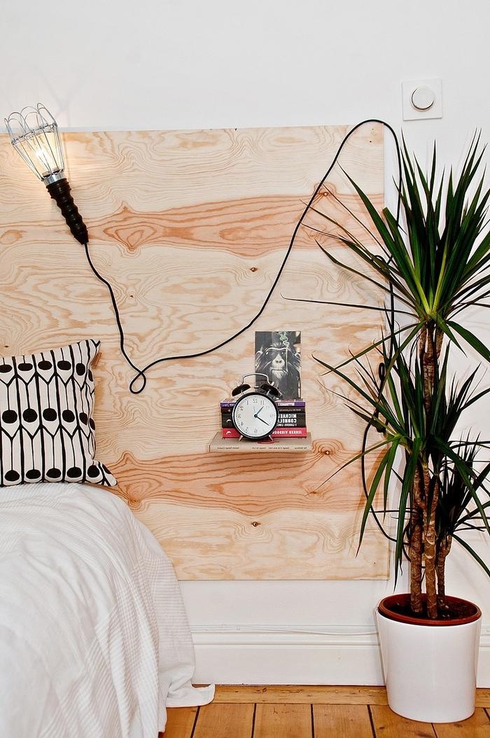 idee tete de lit original à faire soi-même, ambiance minimaliste avec une tête de lit réalisé à partir d'un panneau en contreplaqué et une lampe baladeuse de style industrielle