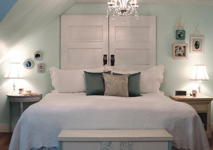 une chambre à coucher vert d'eau pâle de style shabby chic dans laquelle on introduit un accent original grâce à la tete de lit bois récup
