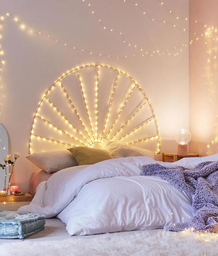 decoration cocooning idee tete de lit lumineuse, lit cosy au sol avec linge de lit gris et blanc, tapis moelleux blanc