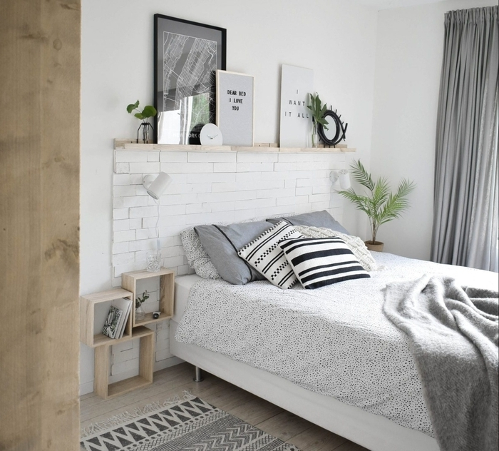 une chambre à coucher de style scandinave en blanc et gris aux accents en bois naturel, modèle de tete de lit a faire soi meme à partir des pièces de bois récupéré