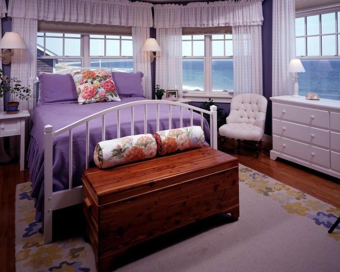 deco chambre retro avec vue sur mer, chambre couleur violet mauve