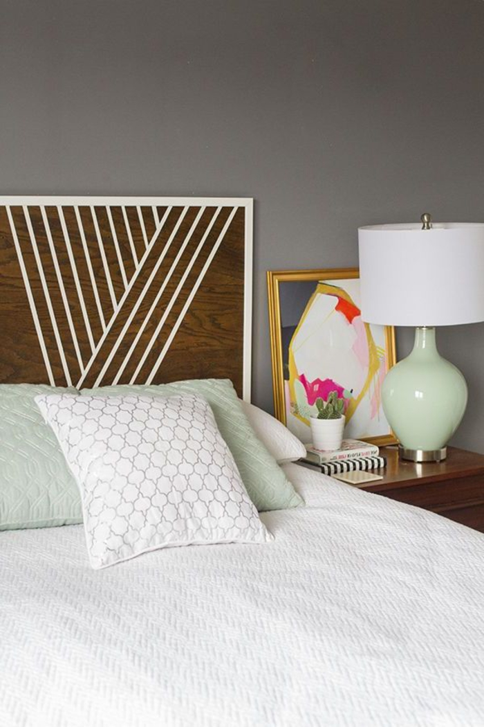 chambre parentale aux accents déco vintage et une tête de lit en bois foncé personnalisé avec des motifs géométriques en blanc, une tete de lit a faire soi meme à partir de bois récupéré