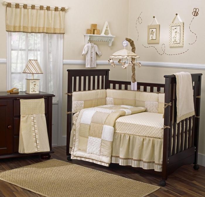 comment aménager la chambre bébé en couleurs neutres avec peinture murale beige et meubles de bois marron foncé
