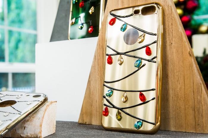 comment décorer une housse telephone ou coque portable pour Noel avec vernis à ongles noir et cristaux en rouge or et bleu