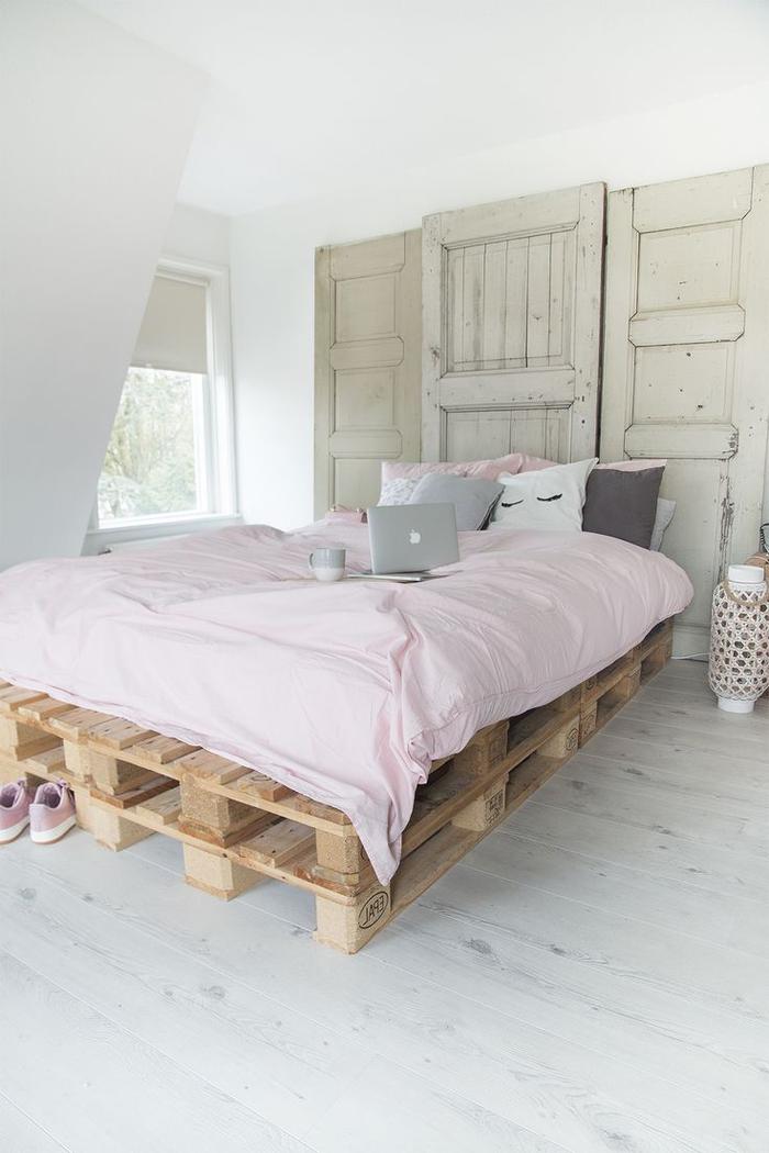 idées pour un relooking de la chambre à coucher avec des matériaux récupérés, fabriquer tete de lit en porte ancienne et un lit en palette