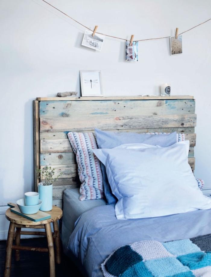 chambre à cocher de style rustique avec une déco d'esprit bord de mer, tete de lit bois flotté pour une déco rustique authentique
