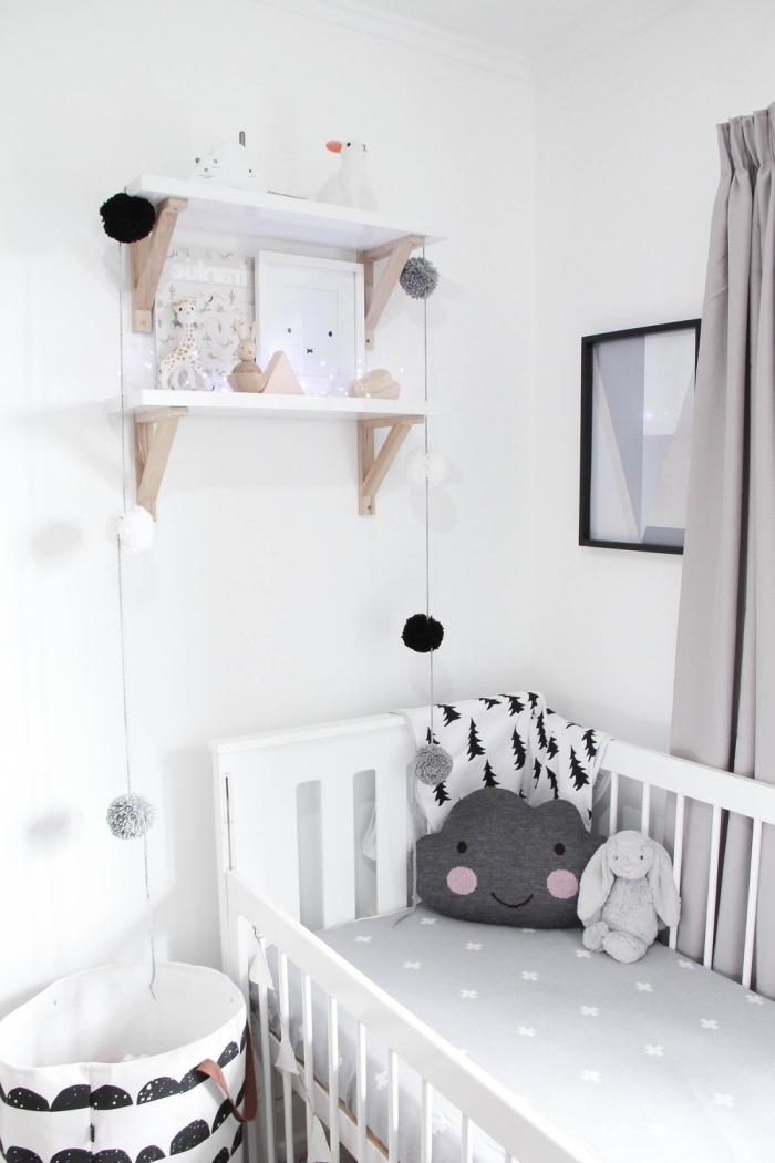 rangement mural avec étagère blanc et bois dans la deco chambre fille ou garçon bébé aux murs blancs et meubles blancs