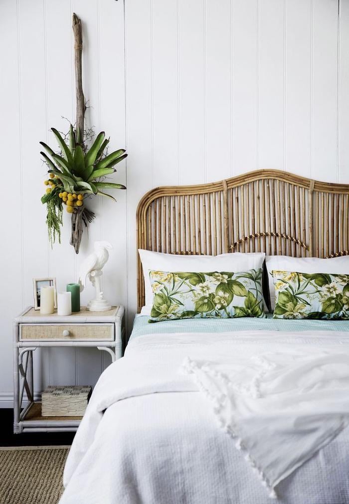 une chambre à coucher de style colonial avec une déco tropicale aux imprimés motif jungle et une tete de lit en bambou