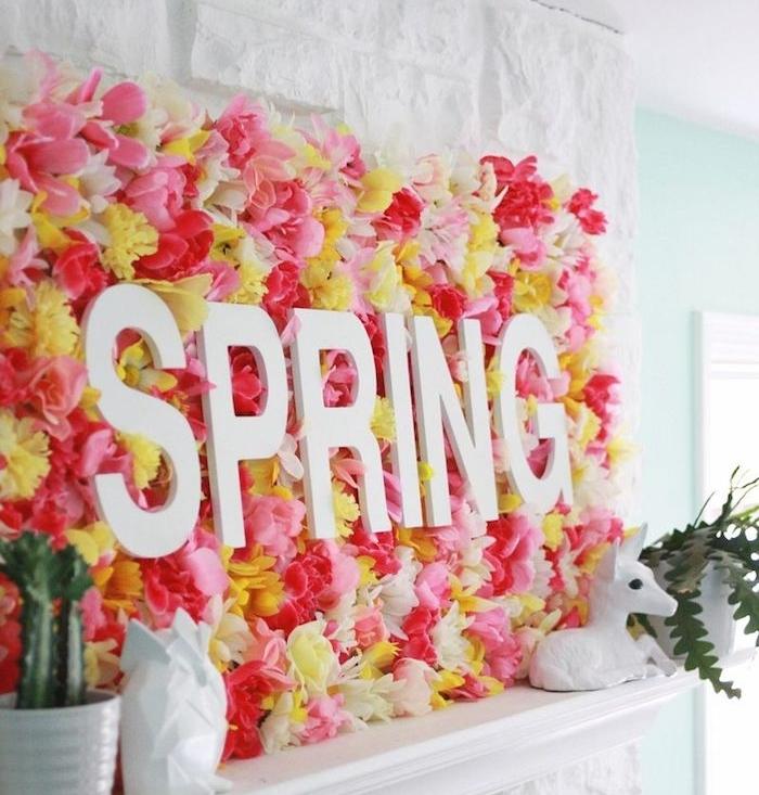 panneau décoratif en fleurs fraîches avec des lettres printemps en blanc au dessus d une cheminée blanche, activité manuelle pour ado