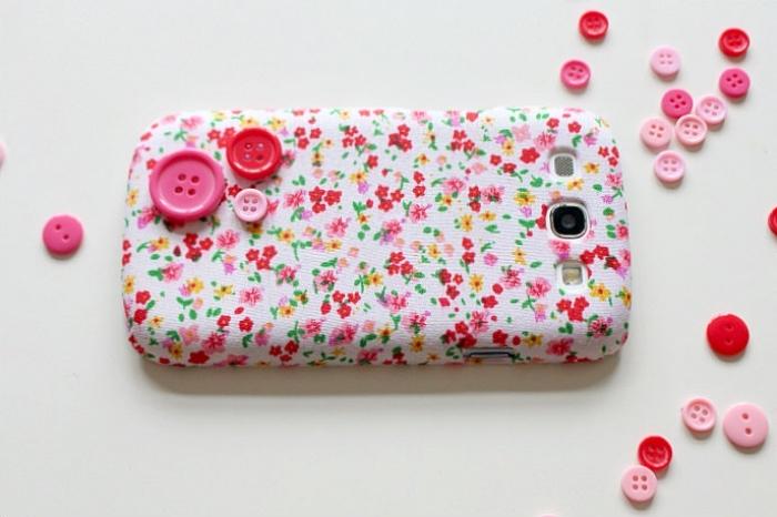 comment utiliser des petits boutons et un tissu à design florale pour décorer une vielle coque de téléphone