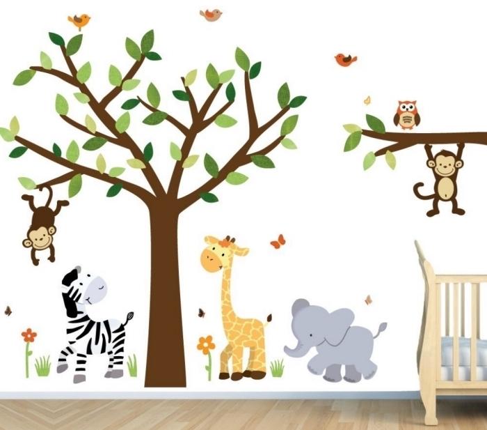 papier peint blanc avec dessins d'animaux dans la chambre bébé fille ou garçon, meubles de bois à combiner avec le parquet de bois clair