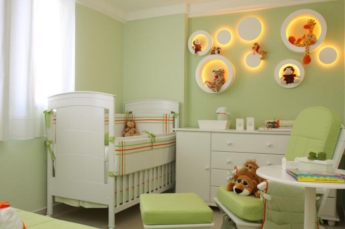 peinture murale de couleur vert clair avec plafond blanc, deco chambre fille ou garçon bébé en blanc et vert