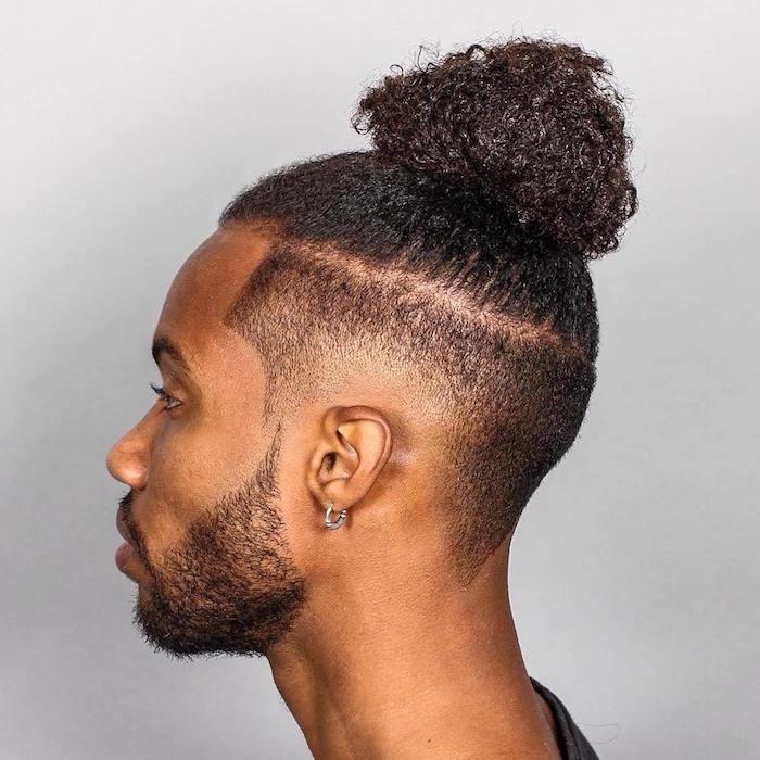 coiffure chignon homme, coupe afro en top knot, man bun avec coté court