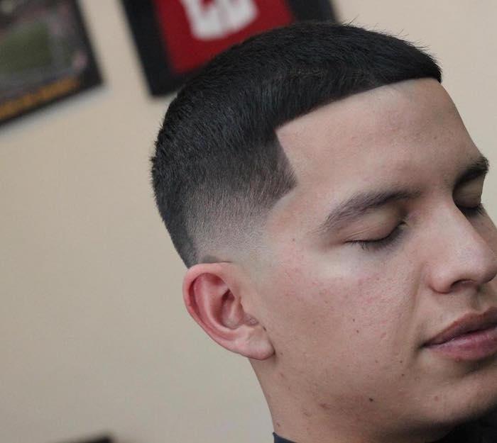 photo coiffure courte homme brun, dégradé léger au dessus des oreilles pour garcon