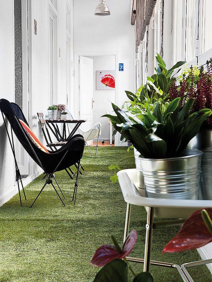 modele balcon appartement fermé, véranda de maison intérieure, terrasse avec pelouse synthetique