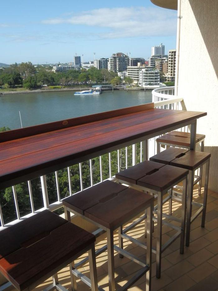 idée mobilier balcon pratique, meuble bar pour barriere de balcon, table etroite pour terrasse