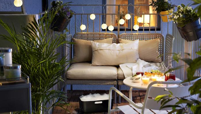 idee balcon design et aménager une terrasse plein sud avec canapé ikea et jardinieres pour barriere