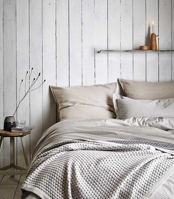 bougie au dessus d un lit, linge de lit gris et beige, lambris mural blanc, table de nuit bois et metal, tete de lit a faire soi meme