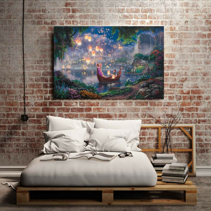 mur en briques, lit plateforme, peinture romantique en couleurs splendides