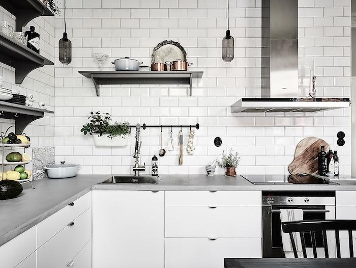 quelle couleur avec le gris, amenagement cuisine gris et blanc, carrelage murale gris, plan de travail gris, meuble cuisine blanc, etageres ouvertes vintage, deco cuisine campagne chic