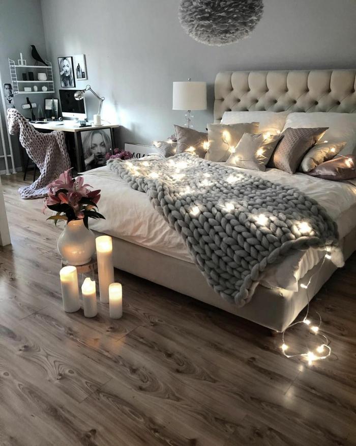 sol en planches, bougies allumées, guirlande de petites lampes, coin de travail