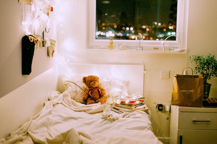 déco chambre bébé avec lit et linge blanc, peluche ourson, decoration murale originale, pile de livres, idées déco tête de lit
