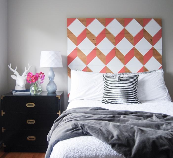 deco tete de lit avec des motifs géométriques colorés crées pour une ambiance graphique tendance dans la chambre à coucher