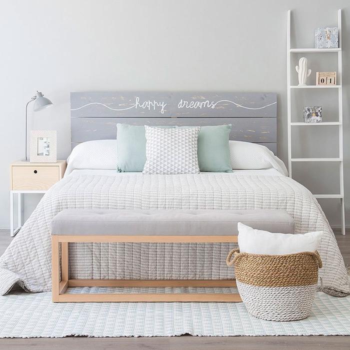 une atmosphère apaisante dans la chambre à coucher crée par l'association de blanc, gris pâle et vert pastel, fabriquer une tete de lit en palette pour la chambre ado