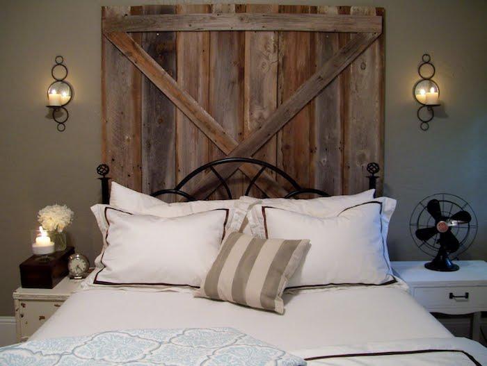 fabriquer une tete de lit lumineuse en portes de bois, bougies de côté, li metallique noir et linge de lit blanc