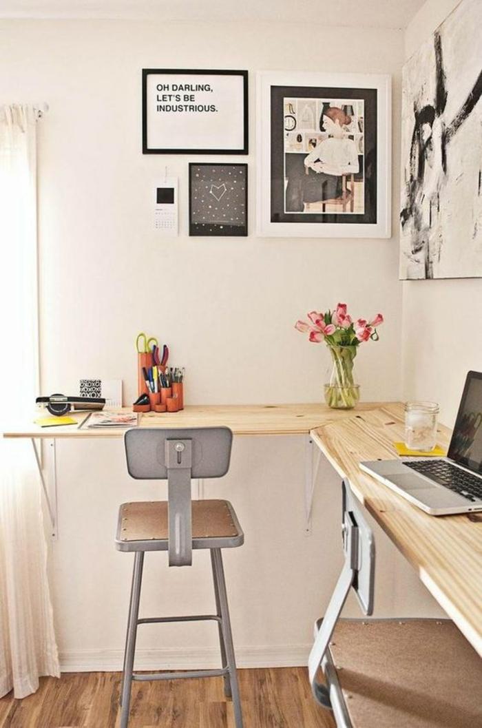 murs blancs, plan de travail pliant en bois clair, gain de place pour cette chambre d'étudiant, déco en style industriel avec deux chaises en métal gris